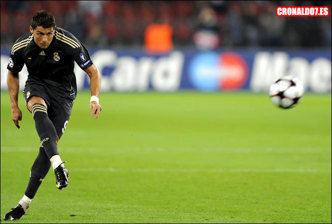 Cristiano Ronaldo lanzando uno de sus temibles misiles