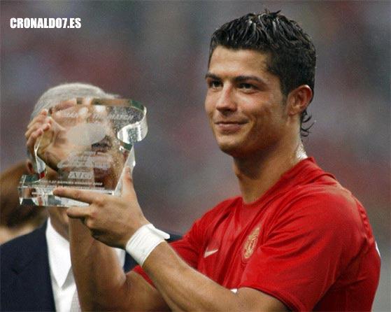 Cristiano Ronaldo recibiendo el premio